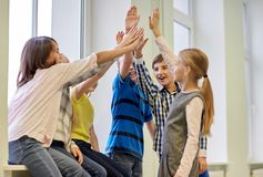 Gruppen av att le skolan lurar framställning av höjdpunkt fem Royaltyfri Fotografi