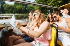 Gruppen av att le vänner som förbi reser, turnerar bussen royaltyfri foto