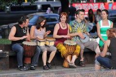 Att leka för gatamusiker trummar Arkivfoto