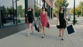 Gruppen av attraktivt promenera för unga kvinnor shoppar fönster långsam rörelse lager videofilmer