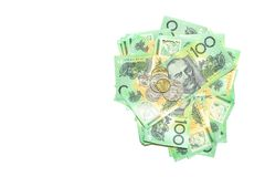 Gruppen av 100 australiska anmärkningar för dollar traver och mynt av australiska pengar på vit bakgrund Royaltyfri Fotografi