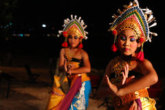 Gruppen av Balinesedansare utför på stranden Royaltyfri Fotografi