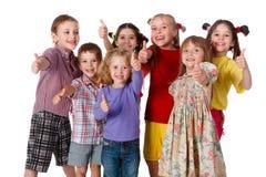 Gruppen av barn med tum up tecknet Arkivbilder