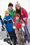 Gruppen av barn skidar på ferie i berg royaltyfri bild