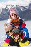 Gruppen av barn som har gyckel skidar på, ferie royaltyfria bilder