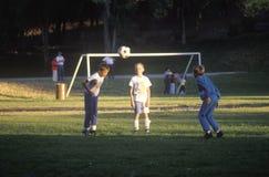 Gruppen av barn som spelar fotboll parkerar in, Santa Fe, NM Arkivfoto