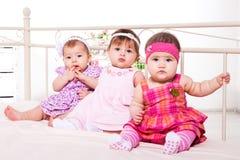 Behandla som ett barn flickor i älskvärda klänningar Royaltyfri Fotografi
