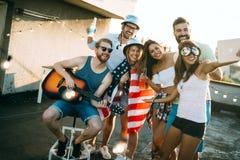 Gruppen av bekymmerslös vändans har gyckel i sommar arkivfoto