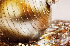 Gruppen av den guld- metalliska tråden och stor guld- jul klumpa ihop sig Royaltyfria Bilder