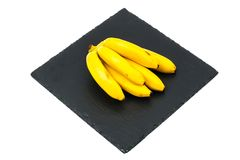 Gruppen av den mogna sötsaken behandla som ett barn bananen Arkivbild