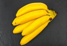 Gruppen av den mogna sötsaken behandla som ett barn bananen Fotografering för Bildbyråer