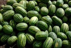 Gruppen av den nya vattenmelon bär frukt på den traditionella nya marknaden på Xinjiang, Kina arkivbild
