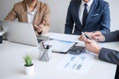 Gruppen av det yrkesmässiga laget för affärspartnern som arbetar möte tillsammans, är diskutera och analysera med ny strategimark royaltyfria foton