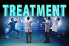 Gruppen av doktorer som rymmer behandlingbokstäver royaltyfri bild