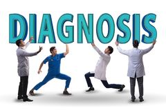 Gruppen av doktorer som rymmer diagnosbokstäver royaltyfria foton