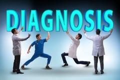 Gruppen av doktorer som rymmer diagnosbokstäver fotografering för bildbyråer