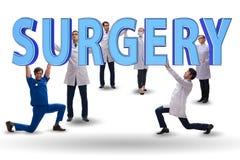 Gruppen av doktorer som rymmer kirurgibokstäver royaltyfri foto