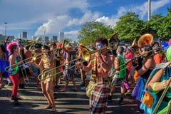 Gruppen av dräktmusiker som spelar tromboner under Bloco Orquestra Voadora i Flamengo, parkerar, Carnaval 2017 Royaltyfri Foto