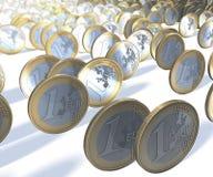 Gruppen av ett euro myntar rullningen förbi tittaren, oskarp bakgrund Arkivbilder