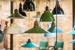 Gruppen av fabriken tänder att hänga - industriella lampor Royaltyfria Bilder
