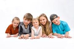 Gruppen av fem barn på fooren Arkivbild