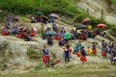 Gruppen av folk för etnisk minoritet under förälskelse marknadsför festival Royaltyfria Foton