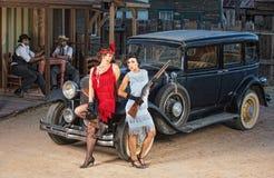 Gruppen av gangster Near den gamla bilen Royaltyfria Bilder