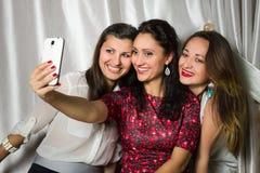 Gruppen av gladlynta le kvinnor gör selfie Fotografering för Bildbyråer