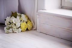 Gruppen av härligt konstgjort steg blommor på ett golv Fotografering för Bildbyråer