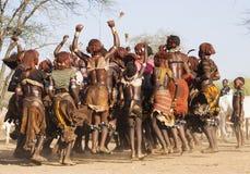 Gruppen av Hamar kvinnor dansar på tjurbanhoppningceremoni Turmi Omo dal, Etiopien Arkivfoton