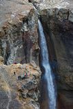 Gruppen av handelsresande och turister tar bilden av vattenfallet på bergfloden Arkivbilder