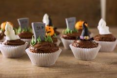 Gruppen av helloween muffin på den wood tabellen Royaltyfri Fotografi