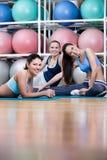 Gruppen av idrotts- kvinnor har en vila Royaltyfri Fotografi