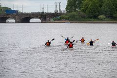 Gruppen av kanotister bryter ut f?r en tur p? vattnet arkivbild