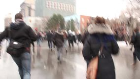Gruppen av kravallpolistjänstemän kör och skingrar demonstranter stock video