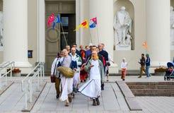 Gruppen av Krishnas går på domkyrkafyrkant av Vilnius Arkivfoton