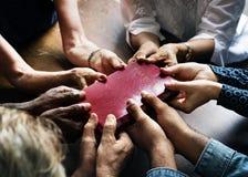 Gruppen av kristet folk ber tillsammans arkivfoton