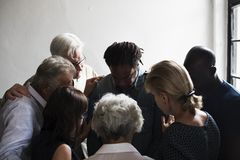 Gruppen av kristet folk ber tillsammans royaltyfria bilder