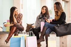Gruppen av kvinnor tröttade av shopping i en galleria arkivbild