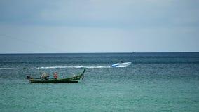 Gruppen av lång-svans fartyg konverterade fartygutfärder för att tjäna som turister som kryssar omkring ön stock video