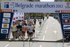 Gruppen av löpare passes fullföljandet Royaltyfri Fotografi
