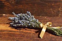 Gruppen av lavendel blommar på en träbakgrund Royaltyfria Foton