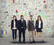 Gruppen av lyckat man- och kvinnaaffärsfolk arbetar på ett idérikt projekt Lag och företags begrepp royaltyfria bilder