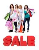 Gruppen av lyckliga kvinnor med shopping hänger lös Arkivfoto