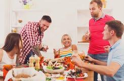 Gruppen av lyckliga ungdomarpå matställetabellen, vänner festar royaltyfria foton