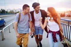 Gruppen av lyckliga vänner hänger ut tillsammans arkivfoto