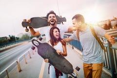 Gruppen av lyckliga vänner hänger ut tillsammans arkivfoton
