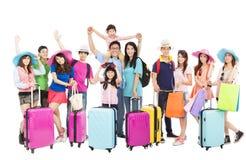 Gruppen av lyckligt folk är klar att resa tillsammans Arkivfoton