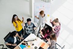 Gruppen av mångfaldfolk Team att le och gladlynt i framgångarbete på det moderna kontoret Idérik multietnisk teamwork som känner  royaltyfri fotografi