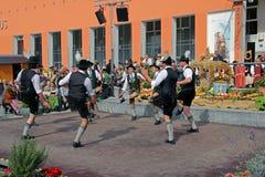 Gruppen av mans dans i bavaria royaltyfri bild
